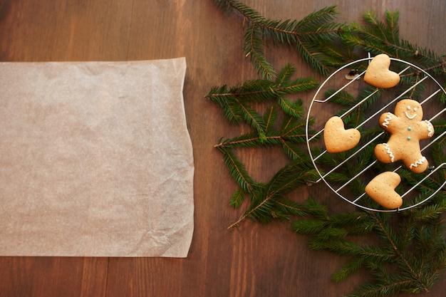 Pergaminho culinário em branco com biscoitos de gengibre