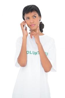 Perguntando voluntário de cabelo preto chamando alguém com seu telefone celular