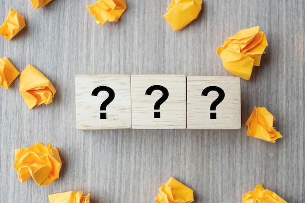 Perguntas mark (?) palavra com bloco de cubo de madeira
