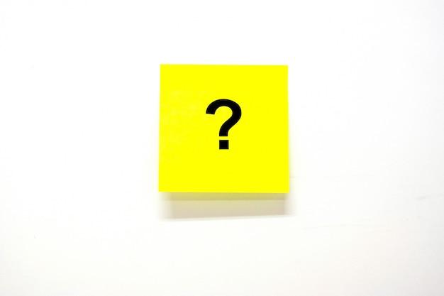 Perguntas mark (?) palavra com papel de nota ou postá-lo