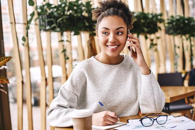 Pergunte o que seu cliente realmente quer, pergunte, não diga a uma mulher de negócios atraente que trabalha na