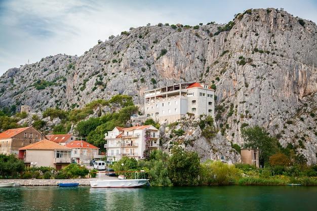 Periferia da pequena cidade de omis cercada por montanhas, makarska riviera, croácia
