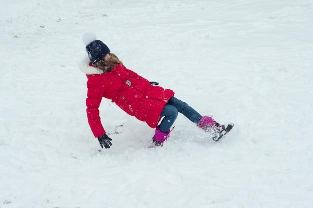 Perigo de inverno, a menina escorregou e cai