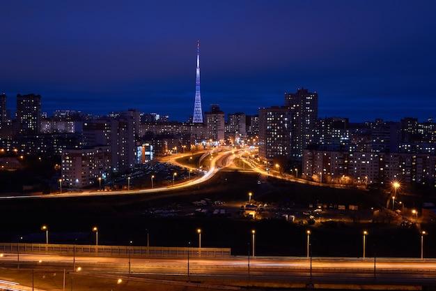 Perm, rússia - 1 de novembro de 2020: visão noturna da cidade com estradas iluminadas e torre de tv iluminada à distância