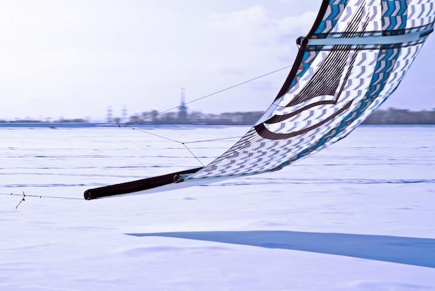 Perm, rússia - 23 de fevereiro de 2018: fragmento de uma pipa para snowkiting, voando baixo sobre o gelo
