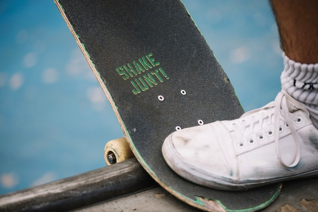 Perna com skate na rampa