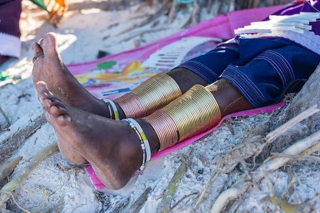 Perna de masai tribal com uma pulseira colorida, close-up. zanzibar, tanzânia, áfrica oriental