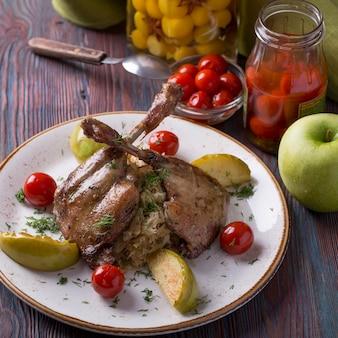 Perna de pato com chucrute, maçã e tomate cereja