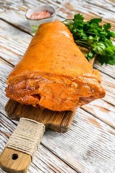 Perna de porco crua marinada com ervas