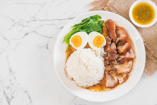 Perna de porco estufada com arroz