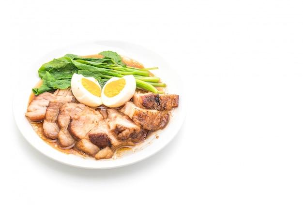 Perna de porco estufada com ovo e vegetais