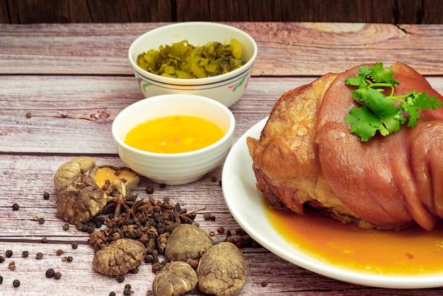 Perna de porco estufado com molho de ervas chinesas