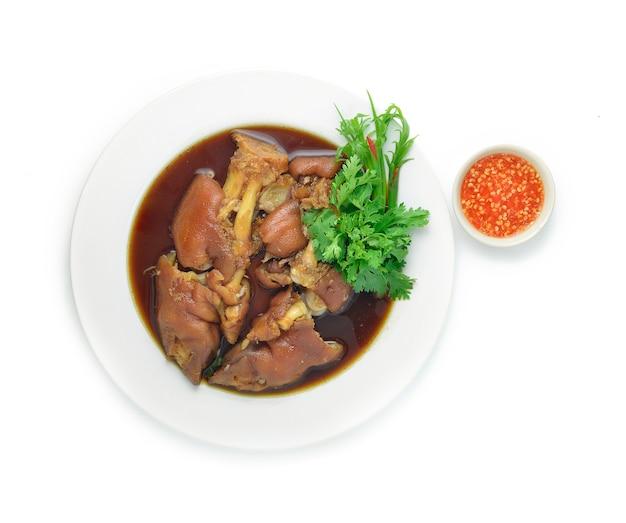 Perna de porco estufado em comida asiática de sopa doce marrom