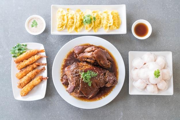 Perna de porco guisado na sopa de molho, bolinhos de camarão cozidos com vapor e sombo de batata