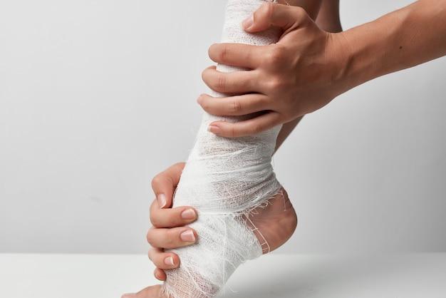 Perna ferida em curativo remédio para problemas de saúde