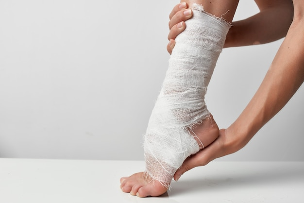 Perna ferida enfaixada com curativo close up de problema de saúde
