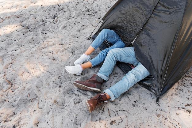 Pernas altas fora da tenda