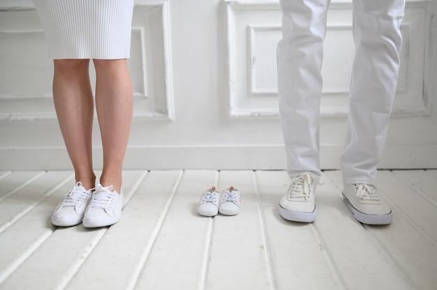 Pernas da mãe, pai e seu futuro bebê