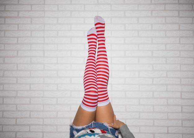 Pernas da mulher em meias