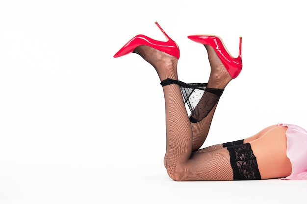 Pernas da mulher mentindo. salto vermelho e calcinha preta