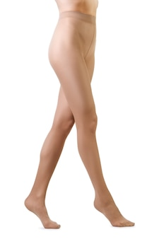 Pernas da mulher perfeita em meia-calça bege isolada no branco