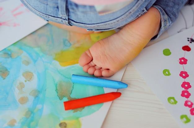 Pernas das crianças no desenho infantil.