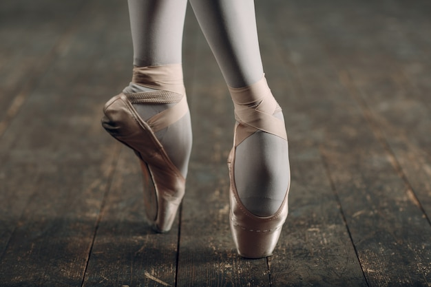 Pernas de bailarina em ponta close-up.