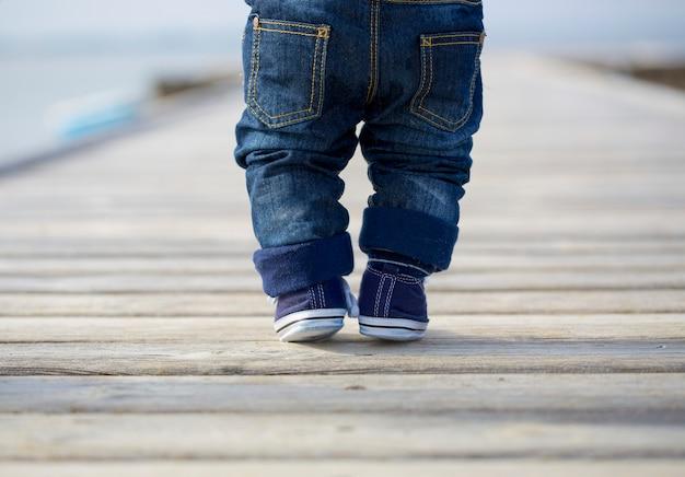 Pernas de bebê em jeans