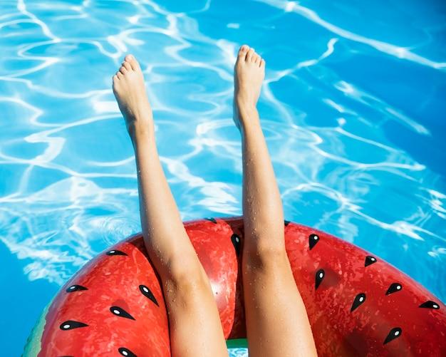 Pernas de cabeça para baixo com melancia floatie