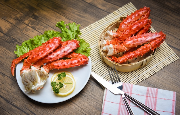 Pernas de caranguejo do alasca king cozido placa branca com limão salsa alface steamer vermelho caranguejo hokkaido