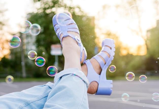 Pernas de close-up com bolhas de sabão