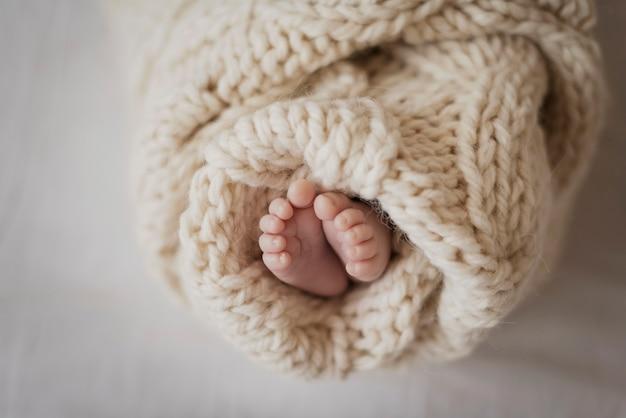 Pernas de close-up da criança recém-nascida