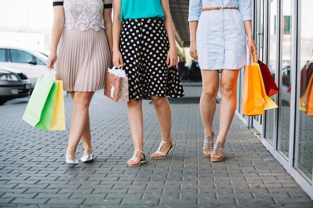 Pernas de compradores femininos