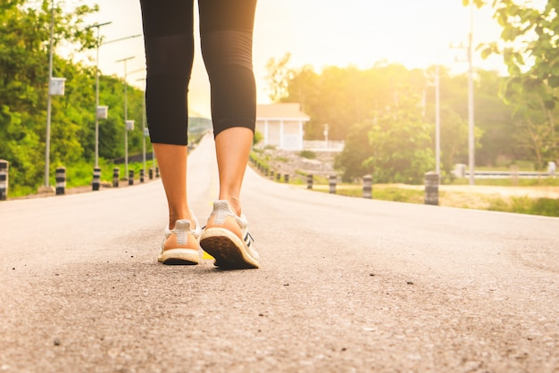 Pernas de corredor feminino esporte prontas para correr na trilha da floresta