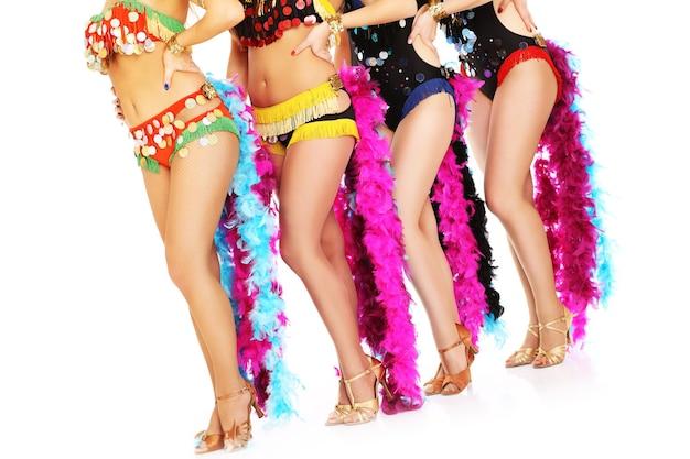 Pernas de dançarinas de samba apresentadas sobre fundo branco