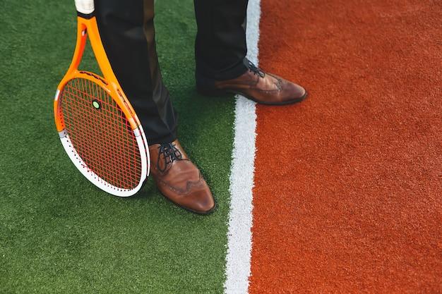 Pernas de empresário close-up em sapatos clássicos vintage