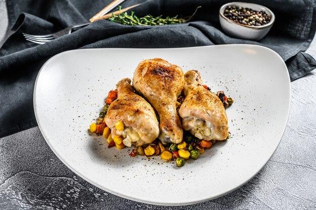 Pernas de frango assadas com legumes