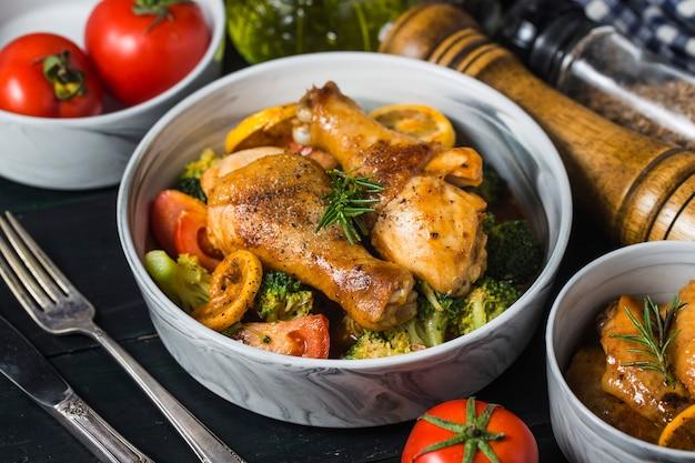 Pernas de frango assado com legumes e ervas