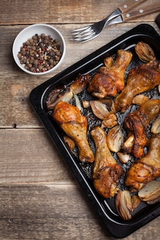 Pernas de frango assado no forno com cebola.