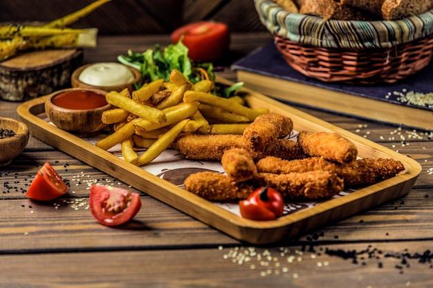 Pernas de frango com batatas fritas crocantes.