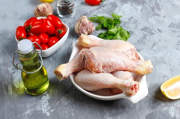 Pernas de frango com especiarias e sal pronto para cozinhar.