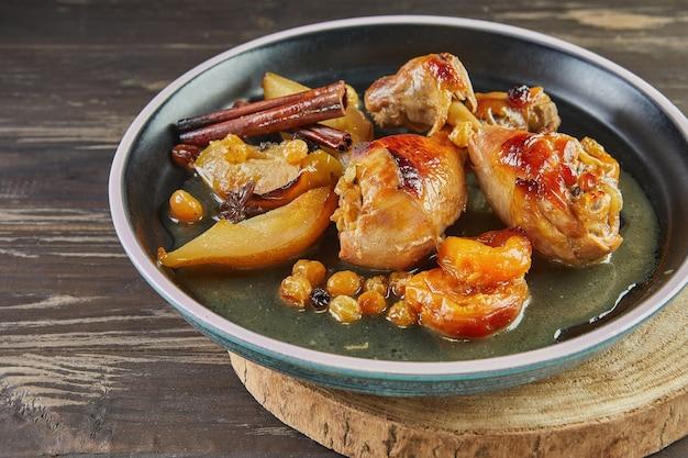 Pernas de frango com mel, passas, maçãs e peras caramelizadas. cozinha gourmet francesa.