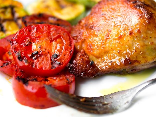 Pernas de frango cozido com tomates