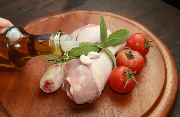 Pernas de frango cru com aromas
