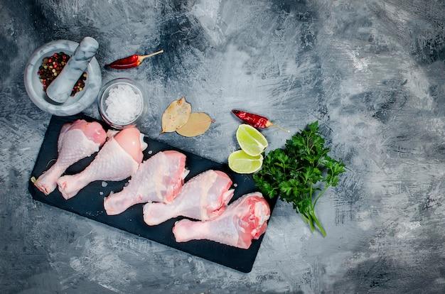 Pernas de frango cru com especiarias