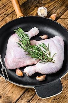 Pernas de frango cru em uma panela pronta para o grelhador