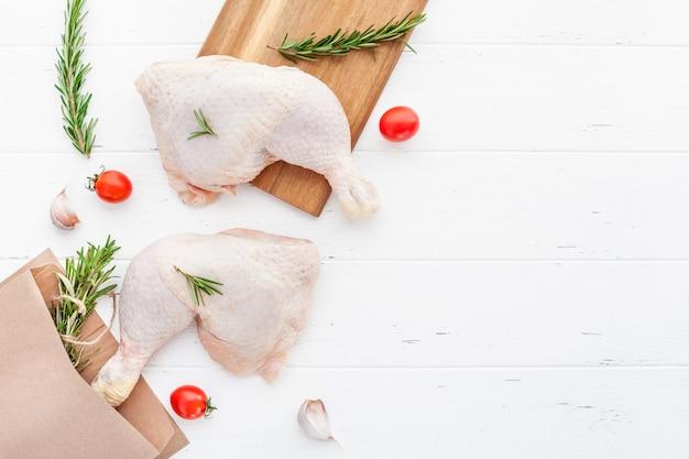 Pernas de frango cru fresco com ervas. conceito de cozinha