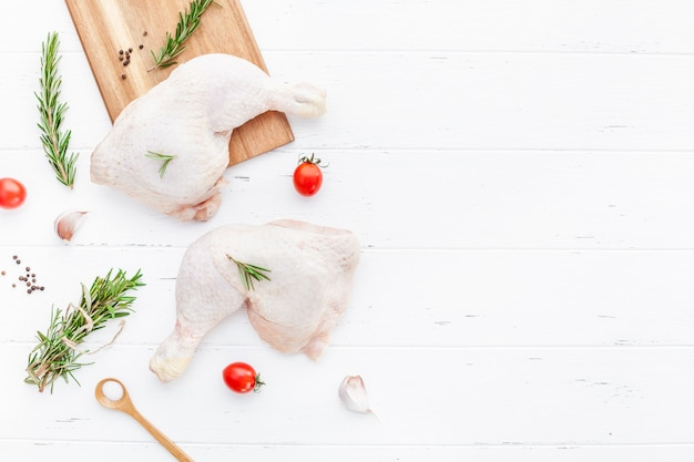 Pernas de frango cru fresco com ervas. cozinhando