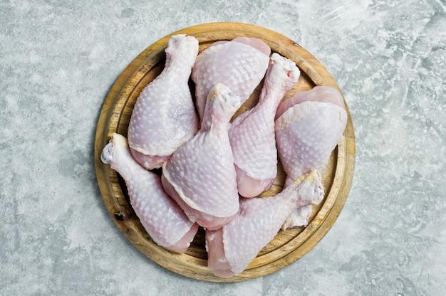 Pernas de frango cru.