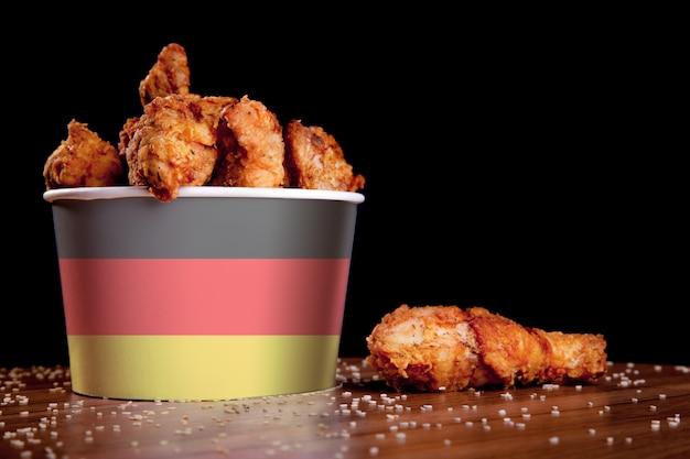 Pernas de frango de churrasco no balde branco